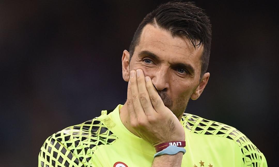 France Football snobba Buffon: è Neuer il miglior portiere al mondo