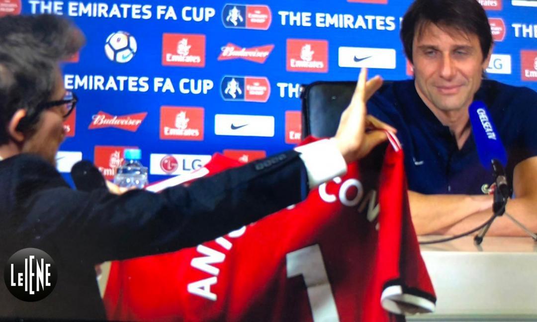 Le Iene regalano a Conte la maglia firmata da Mourinho! La reazione... VIDEO