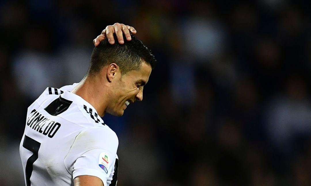Punizione di Ronaldo sulla barriera: i tifosi dell'Ajax lo stuzzicano così