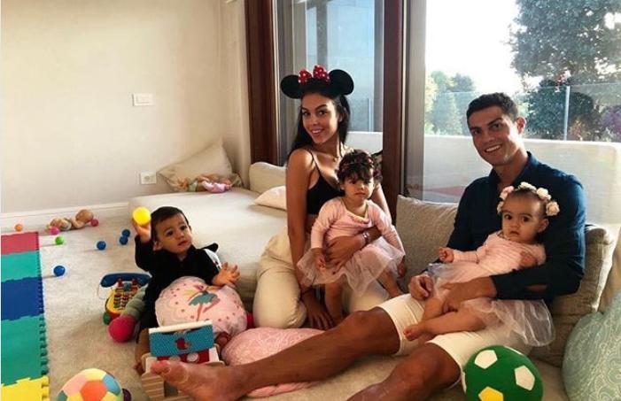 Ronaldo sorride su Twitter: 'I miei amori' FOTO