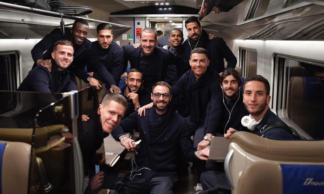 Juve, FOTO di gruppo in treno. Matuidi: 'Come una band in tour'