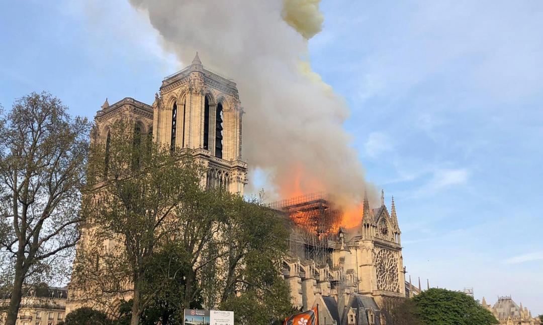 Parigi, incendio devasta Notre-Dame: grave un pompiere. 'Struttura salva' FOTO e VIDEO