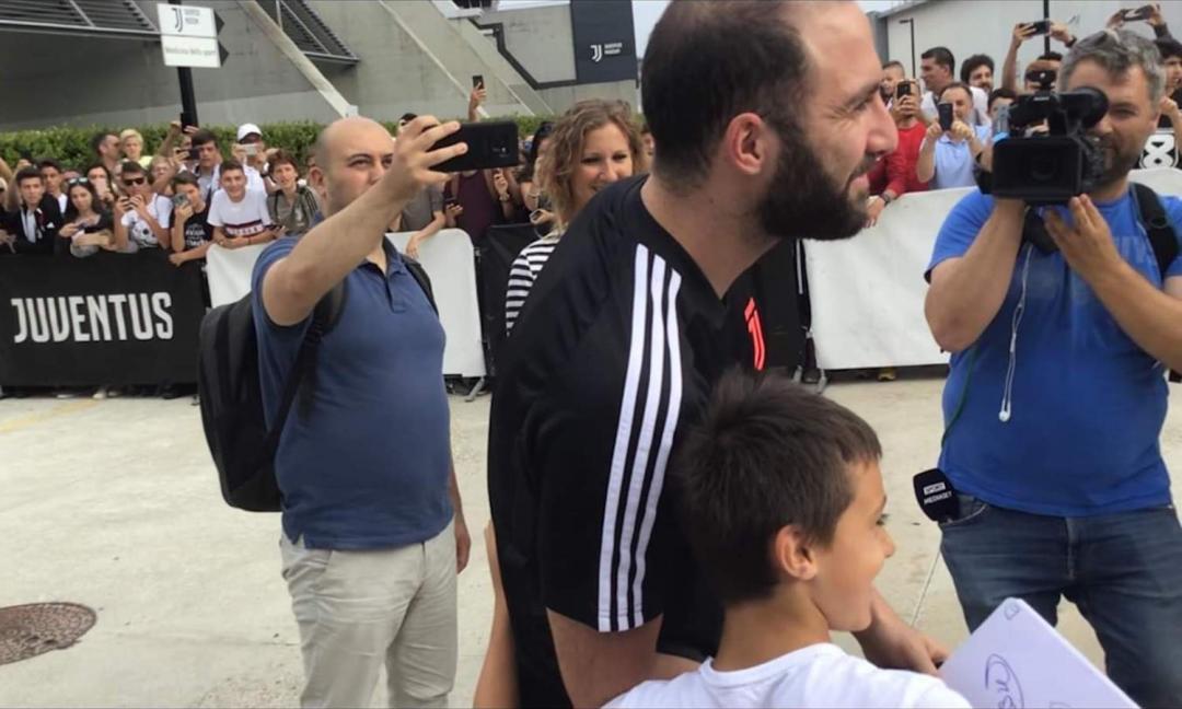Juve, Higuain sommerso d'amore: i tifosi se ne fregano dei bilanci