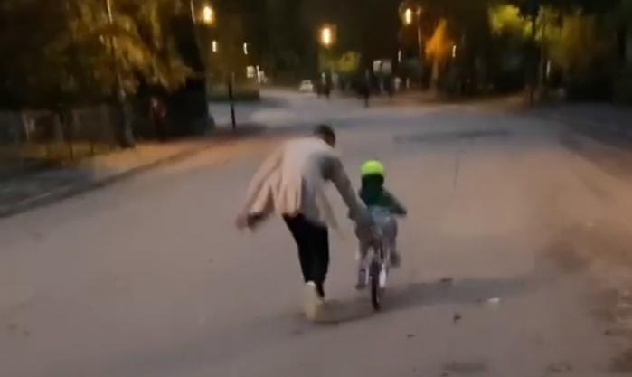 Ramsey orgoglioso: il figlio impara ad andare in bici al Parco del Valentino