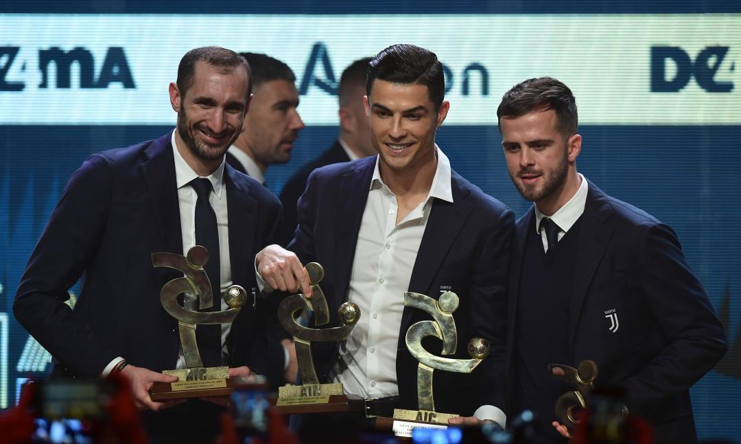 Ronaldo sorride e rassicura i tifosi con una FOTO con Chiellini e Pjanic