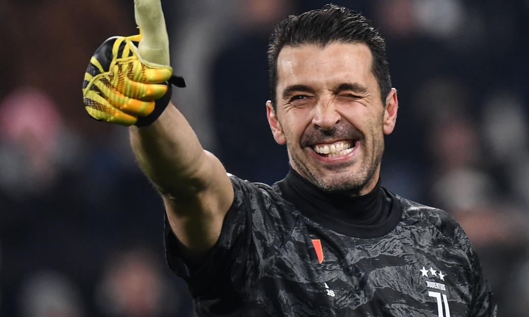 Buffon con la maglia del figlio di Maldini: 'Ora aspetto i nipoti' VIDEO