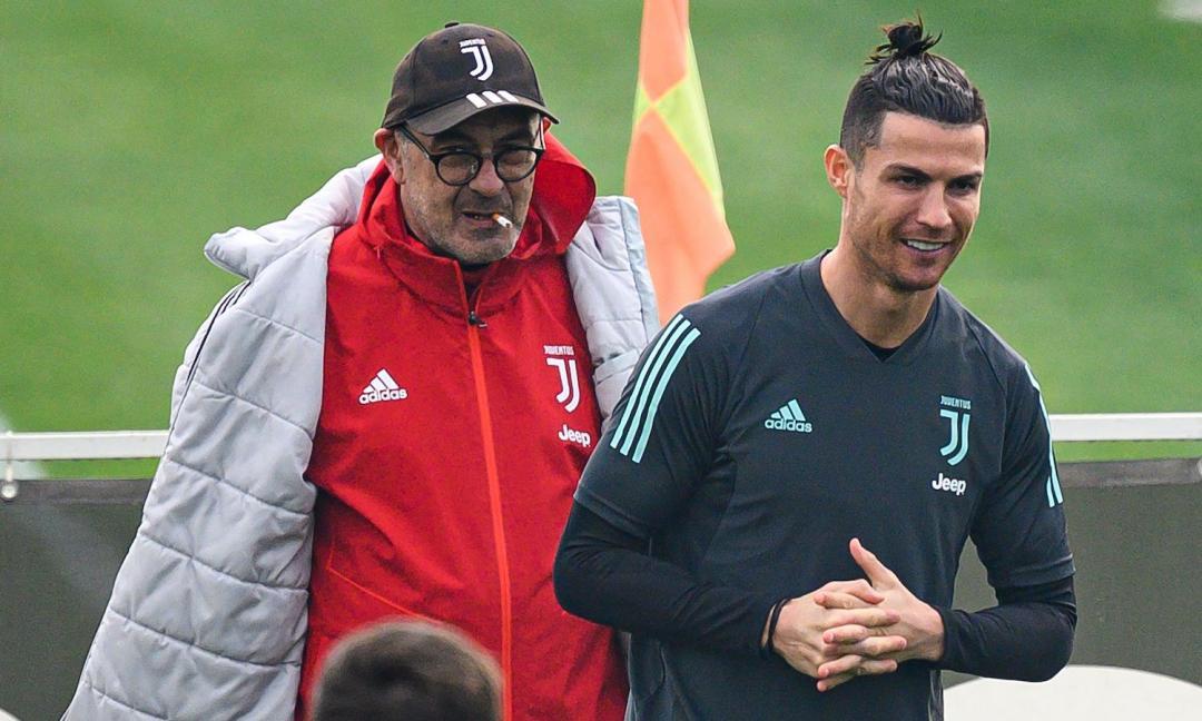 Juve, Sarri con la sigaretta e Ronaldo ride FOTO