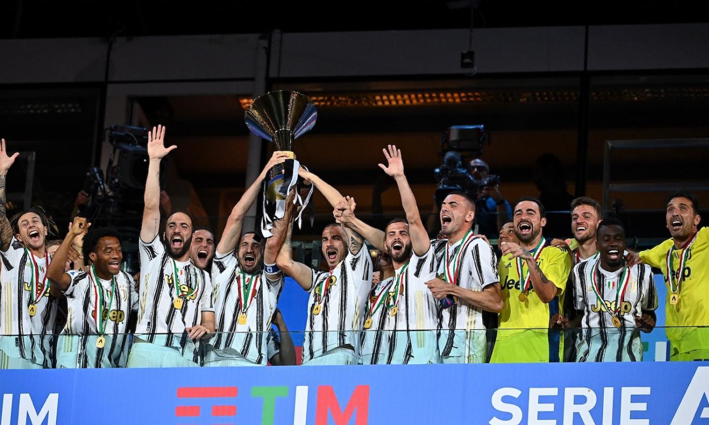 Juve campione d'Italia: Chiellini alza la coppa, Sarri festeggia ...