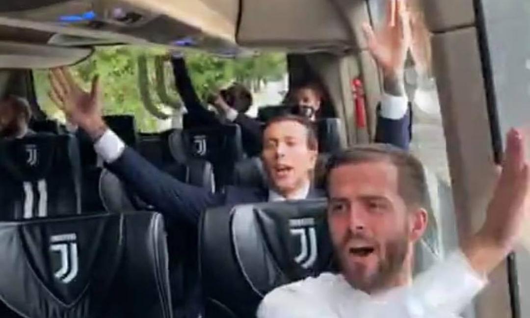 'Juve, storia di un grande amore' i giocatori cantano l'inno in pullman VIDEO