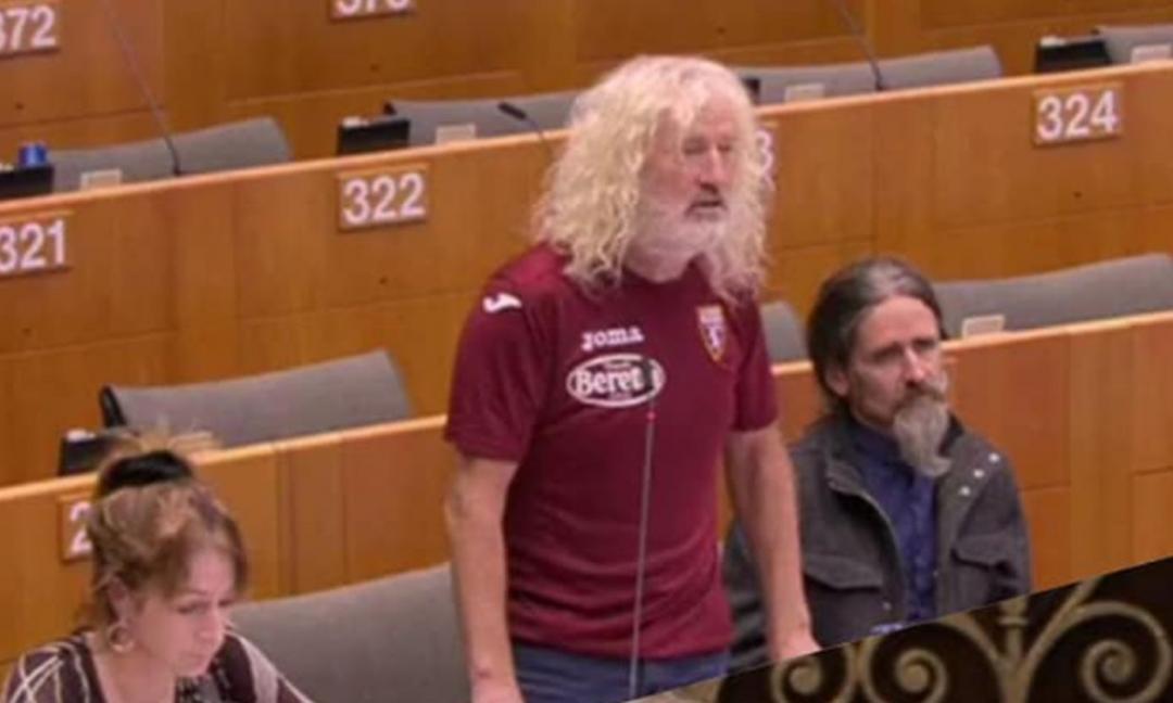 Europarlamentare irlandese con la maglia del Torino: 'Amo gli sfavoriti'