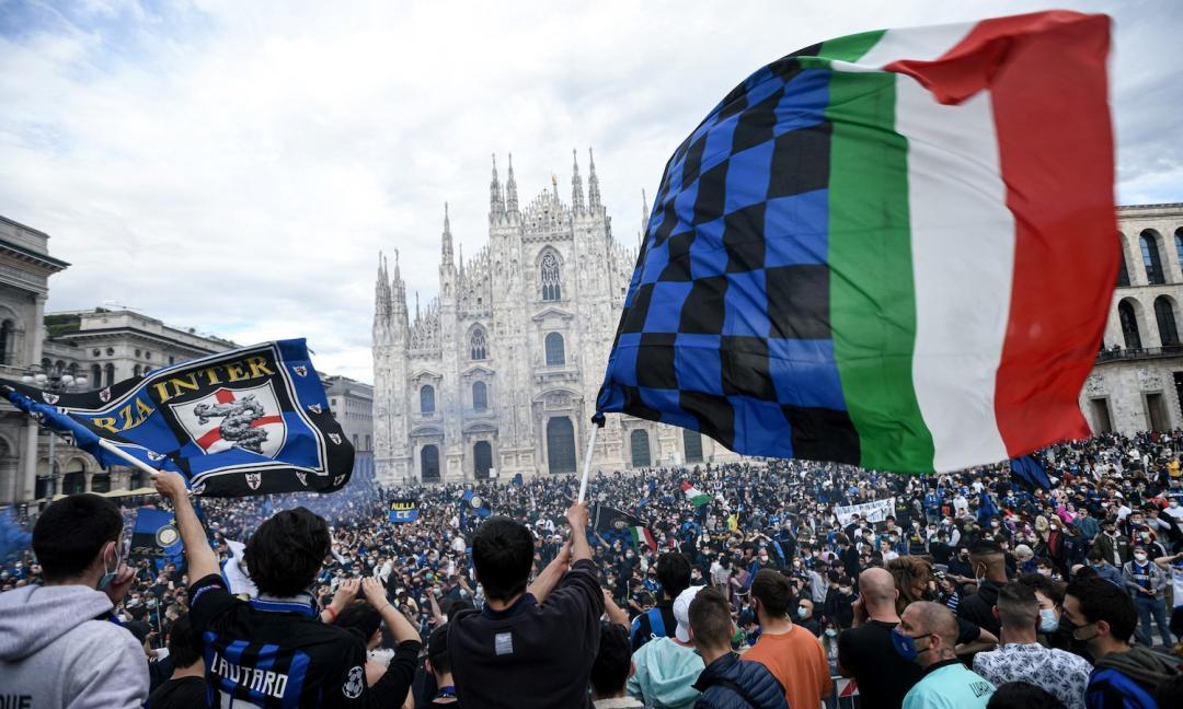 Inter, festa scudetto folle in Duomo: 'E le norme Covid? Sarà di nuovo zona rossa'