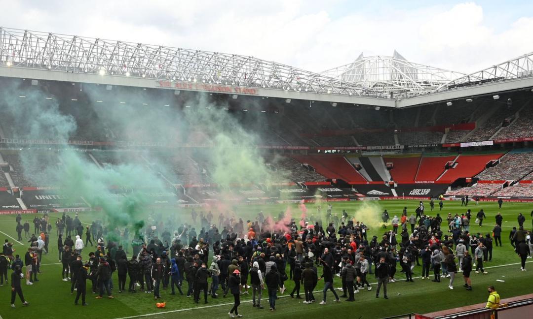 I tifosi del Man United invadono Old Trafford e bloccano la gara con il Liverpool